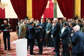 Mehdi Qotbi reçoit les insignes de commandeur de la Légion d'honneur
