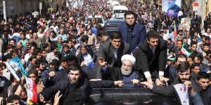 Hassan Rohani saluant des foules d'Iraniens après l'accord historique en juillet 2015.