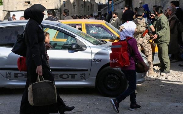 Rassemblement de familles de rebelles syriens dans le quartier de Barzé en attendant leur évacuation, le 8 mai 2017 à Damas (AFP/Saria ABU ZAID)