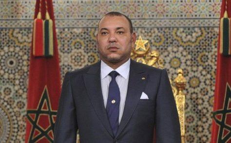 Sa Majesté le Roi Mohammed VI, que Dieu L'assiste, et le Président de la République du Congo, SEM. Denis Sassou N'Guesso, ont procédé, lundi au port de Yoro à Brazzaville, au lancement des travaux de construction d'un point de débarquement aménagé, un projet consacrant la Vision Royale d'une coopération Sud-Sud fondée sur l'échange de connaissances, de compétences, d'expertises et de ressources Nouvelle illustration des liens étroits et privilégiés qui existent entre le Maroc et le Congo, ce projet réaffirme l'ambition des deux parties de consolider leurs relations dans le domaine halieutique et de la préservation des ressources et la protection du milieu marin, de stimuler la coopération dans les différentes branches d'activité de leurs filières halieutiques, et tout particulièrement la promotion de la pêche artisanale, et d'améliorer les conditions de vie et de travail de la communauté des pêcheurs artisans. Mobilisant des investissements de l'ordre de 30 millions de dirhams, le futur point de débarquement du port de Yoro, objet d'une convention signée ce jour devant SM le Roi et le Président Denis Sassou N'Guesso, sera réalisé sur un terrain de 1,7 ha, avec une surface couverte de 2.250 m2, et consistera en la construction d'ouvrages de protection maritime et de superstructures liés aux activités de manutention, conditionnement, commercialisation et transformation des produits de la pêche artisanale, dont notamment une Halle au poisson pour la vente du produit halieutique débarqué, un espace de froid (chambre froide et fabrique de glace), des espaces socio-collectifs, des bureaux administratifs, 150 magasins de pêcheurs, des ateliers mécanique et de réparation des pirogues et une garderie d'enfants. A forte portée socio-économique, ce projet, qui sera réalisé dans un délai de 24mois, devra participer au redressement du secteur de la pêche artisanale, à travers l'organisation et l'encadrement de la profession, la valorisation et l'amélioration de la qualité du pro