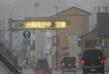 Le sud du Japon touché par un typhon, avions et trains bloqués