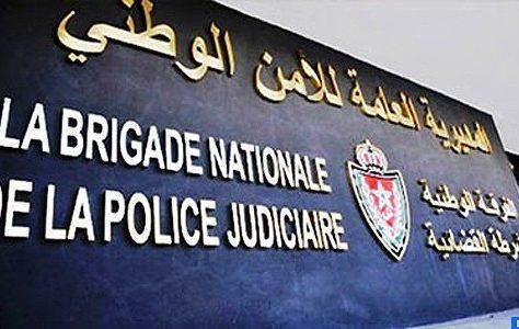 Un inspecteur principal de police relevant de la Brigade de la police judiciaire de Berkane a été contraint, mardi matin, de faire usage de son arme de service pour arrêter trois individus soupçonnés d'appartenir à un réseau criminel s'activant dans la destruction des biens et le vol qualifié dans des locaux résidentiels. Les éléments de la police judiciaire avaient surpris les trois suspects en flagrant délit de vol qualifié dans une villa, propriété d'un Marocain résidant à l'étranger, ce qui a contraint l'inspecteur de tirer une balle de son arme de service pour mettre en échec cette opération criminelle, indique la Direction générale de la sûreté nationale (DGSN) dans un communiqué, précisant que la balle a causé une blessure superficielle au niveau de la main gauche d'un des prévenus. Les éléments de sûreté ont réussi à récupérer les objets volés lors de cette opération de vol, à savoir deux téléviseurs, quatre couvertures et une valise personnelle, ajoute la même source. Le suspect blessé a été transféré à l'hôpital provincial pour recevoir les soins nécessaires, avant d'être placé en garde à vue avec les autres prévenus à la disposition de l'enquête menée sous la supervision du parquet compétent.