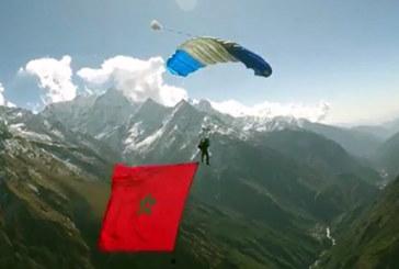 Anas Bekkali hisse le drapeau marocain sur l'Himalaya en commémoration du 42è anniversaire de la Marche verte