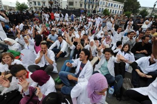 Des milliers de médecins résidents manifestent en Algérie