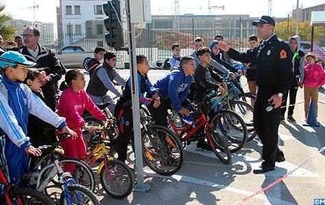 Plus de 200 élèves d'établissements publics et privés de la ville de Fès ont bénéficié, dimanche, d'exercices et actions pratiques sur la sécurité routière.