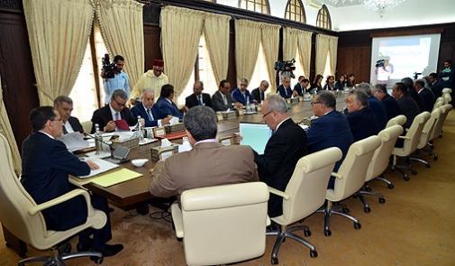 Le Conseil de gouvernement, réuni jeudi à Rabat, a approuvé des propositions de nominations à de hautes fonctions conformément aux dispositions de l'article 92 de la Constitution, a indiqué le ministre délégué chargé des Relations avec le parlement et la société civile, porte-parole du gouvernement, Mustapha El Khalfi, précisant que ces nominations concernent le ministère des Affaires étrangères et de la coopération internationale. Ainsi, Mme Chafika El Habti a été nommée directeur de la Diplomatie générale et des acteurs non-gouvernementaux, alors que M. Lahssen El Assri a été nommé au poste de directeur des Affaires juridiques et des traités, a relevé M. El Khalfi, dans un communiqué lu à l'issue de la réunion hebdomadaire du Conseil de gouvernement. Le Conseil a également approuvé la nomination de M. Omar Amghar en tant que directeur de l'Union européenne et des Processus méditerranéens au sein du même ministère, a ajouté M. El Khalfi.