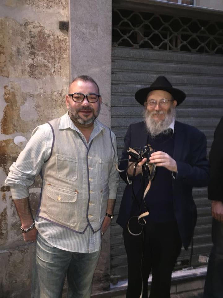 Photo du roi Mohammed VI avec un rabbin à Paris