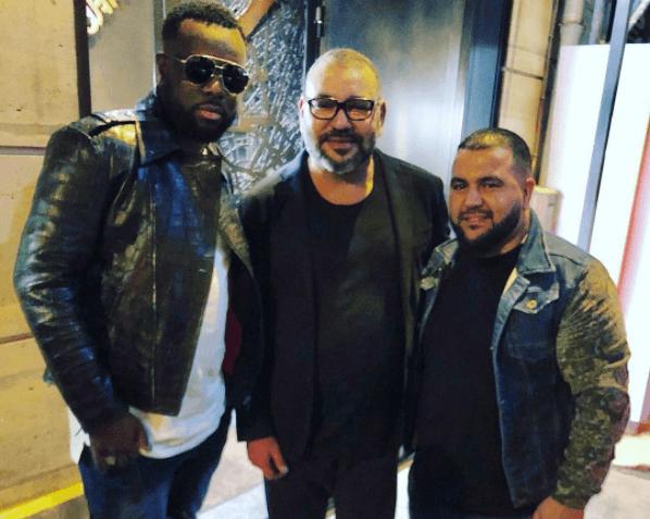 Photo du roi Mohammed VI en compagnie du rappeur Maître Gims et son manager
