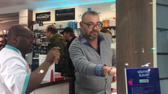 Le roi Mohammed VI dans une pharmacie à Paris