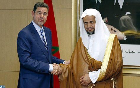 Le renforcement de la coopération maroco-saoudienne dans le domaine de la justice a été au centre d'entretiens, lundi à Rabat, entre le Procureur général du Roi, président du ministère public, Mohamed Abdennabaoui, et le Procureur général du Royaume d'Arabie Saoudite Cheikh Saoud Ben Abdullah Ben Mubarak Al Muajab, en visite de travail dans le Royaume. Dans une déclaration à la presse à l'issue de ces entretiens, M. Abdennabaoui s'est félicité des relations historiques liant le Maroc et l'Arabie Saoudite, réitérant la disposition du Royaume à hisser la coopération bilatérale à un niveau plus élevé. Il a relevé des points communs entre les systèmes judiciaires des deux pays, rappelant que la mise en place de l'institution du ministère public reflète dans les deux Etats la consolidation de l'indépendance du pouvoir judiciaire par rapport aux pouvoirs législatif et la détermination de contribuer au processus d'édification de l'État de droit dans le deux Royaumes. Cette visite s'inscrit dans le cadre du renforcement de l'échange d'expériences et d'expertises entre le Maroc et l'Arabie Saoudite dans le domaine de la justice et se veut une occasion pour s'informer de l'expérience marocaine en matière d'indépendance du ministère public, a ajouté M. Abdennabaoui, notant que le Maroc n'a cessé d'œuvrer pour jeter les bases institutionnelles de cette indépendance dans le cadre du respect du principe de la séparation des pouvoirs. A l'issue de ces entretiens, une séance de travail a été tenue par les deux parties au cours de laquelle ont été présentées les réformes entreprises par le Maroc en matière d'indépendance du pouvoir judiciaire. Le Procureur général du Royaume d'Arabie Saoudite rencontrera durant sa visite d'une semaine plusieurs responsables marocains avec lesquels il examinera l'échange des expertises et expertises et les moyens susceptibles de consolider la coopération bilatérale.