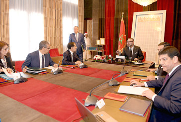 SM le Roi préside une séance de travail dédiée à l'examen de l'avancement des projets d'énergies renouvelables