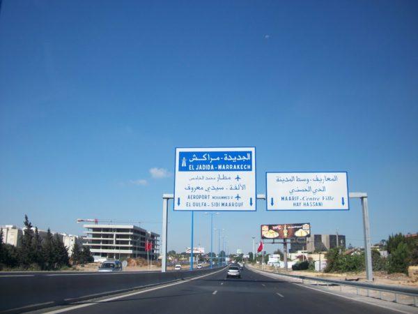 Travaux de la pose d'une passerelle piétons entre les deux échangeurs de Lissasfa et de Had Soualem