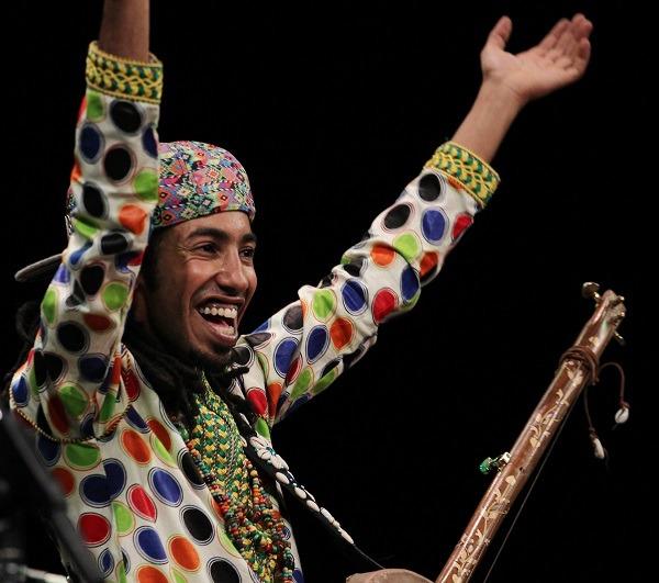 L'artiste gnaoui Mehdi Nassouli enflamme la scène du théâtre municipal de Tunis