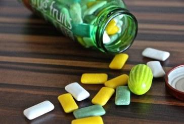 Le chewing-gum en marchant, allié contre le surpoids chez les hommes
