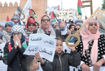 Des milliers de Marocains ont manifesté, dimanche 13 mai, à Rabat, pour dénoncer la décision américaine de reconnaître Al-Qods comme capitale d'Israël, et réitérer leur soutien constant à la lutte du peuple palestinien