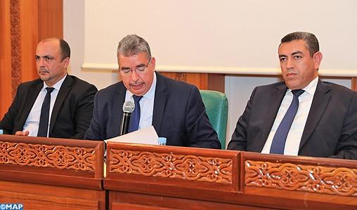 Le conseil communal de la ville de Rabat va allouer une somme totale de 90,5 MDH aux cinq Conseils des arrondissements relevant de sa compétence territoriale, au titre des primes de l'exercice 2019. Approuvées à l'unanimité par le Conseil, lundi lors de sa session ordinaire du mois de mai, ces primes, qui représentent 10% du budget du Conseil communal, sont réparties entre la part de gestion, avec un montant de 81,45 MDH et la part d'animation (9,05 MDH). L'arrondissement de Yaâcoub El Mansour a bénéficié de la prime la plus élevée, à savoir 23.882.950 DH, suivie de l'arrondissement El Youssoufia (22.634.050 DH), Hassan (19.122.650 DH), Agdal-Ryad (16.543.400 DH) et Souissi (8.316.950 DH). Présidée par M. Mohamed Sadiki, maire de Rabat, le conseil communal a approuvé à l'unanimité 14 points inscrits à l'ordre du jour de la session, notamment l'occupation temporaire du domaine forestier, l'étude et l'approbation du projet d'extension et du renforcement de la route menant au Royal Golf et au club équestre Dar Es Salam, l'approbation de la convention de partenariat relative à la gestion et l'entretien du parc Hassan II et l'ouverture d'un compte privé pour contribuer à sa gestion et son entretien, ainsi que l'adoption d'un projet de convention de partenariat pour soutenir les jeunes porteurs de projets et les autoentrepreneurs afin de développer des activités génératrices de revenus. Cette session a été, également, marquée par des interventions dans le cadre du droit d'information, présentées par les différents partis politiques représentés au Conseil communal, portant principalement sur la problématique des transports publics dans la ville, l'absence d'un plan d'aménagement urbain de la capitale, la reconsidération des marchés pilotes pour traiter la problématique des marchands ambulants et la lenteur les travaux de réhabilitation de l'ancienne Médina de Rabat causant la stagnation de l'activité commerciale, ainsi que la gestion du stationnement et des parkings public