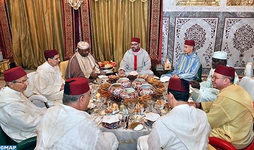 SM le Roi offre un Iftar en l'honneur du président gabonais et du président de la Commission de l'Union Africaine