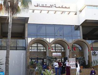 Des peines allant de 20 ans de prison ferme à un an de prison avec sursis ont été prononcées, mardi par la Chambre criminelle de la Cour d'Appel de Casablanca à l'encontre des accusés dans les événements d'Al Hoceima. Ainsi, un accusé a écopé d'un an de prison avec sursis, alors que 12 mis en cause ont été condamnés à 2 ans de prison ferme et sept autres à 3 ans de prison ferme. Sept personnes impliquées dans ces événements ont écopé de 5 ans de prison ferme, tandis que six autres ont été condamnées chacune à 10 ans de réclusion. La juridiction a également prononcé une peine de 15 ans de prison ferme a l'encontre de 3 accusés et a condamné 4 autres à une peine de 20 ans de prison ferme chacune. Les mis en cause sont poursuivis, chacun en ce qui le concerne, de plusieurs chefs d'inculpation, notamment, ''atteinte à la sécurité intérieure de l'État'', ''tentatives de sabotage, de meurtre et de pillage'', ''réception de fonds, de donations et d'autres moyens matériels destinés à mener et à financer une activité de propagande à même d'attenter à l'unité et la souveraineté du Royaume''. Ils sont, également, accusés ''d'ébranler la loyauté des citoyens envers l'État marocain et les institutions nationales'', ''la participation à l'organisation d'une manifestation non autorisée'' et ''la tenue de rassemblements publics sans autorisation''.
