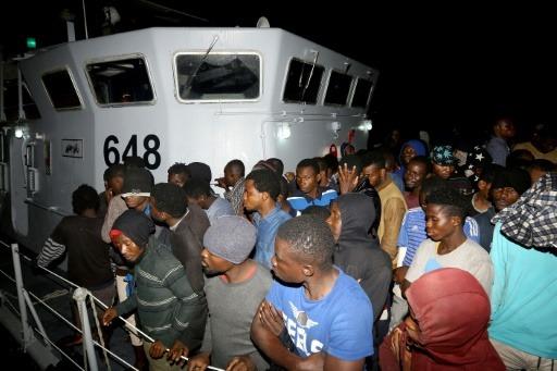 Près de 1.000 migrants ont été secourus dimanche au large de la Libye alors qu'ils tentaient de traverser la Méditerranée pour atteindre l'Europe, a indiqué lundi la marine libyenne.