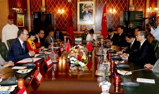 Le président de la Cour populaire suprême de Chine, Zhou Qiang a souligné, vendredi à Rabat, la volonté de son pays d'approfondir la coopération juridique avec le Maroc, notamment dans son aspect commercial. Lors d'entretiens avec le président de la Chambre des conseillers, Hakim Benchamach, en présence de l'ambassadeur de la Chine à Rabat, M. Qiang a indiqué que sa visite au Royaume vise à activer le mémorandum d'entente sur les échanges et la coopération judiciaire entre la Cour de cassation du Maroc et la Cour populaire suprême de Chine. Selon un communiqué de la Chambre des conseillers, M. Qiang, accompagné d'une délégation judiciaire, a mis en avant les relations stratégiques solides entre les deux pays amis, soulignant l'importance de la visite historique de SM le Roi Mohammed VI en Chine, qui a ouvert de vastes perspectives pour le renforcement de la coopération bilatérale. Le responsable chinois a également salué la stabilité sociale et la croissance économique que connait le Maroc, ainsi que l'importance de la coopération parlementaire entre les deux pays, rappelant la visite du président de la Chambre des conseillers en Chine en 2017, à la tête d'une délégation parlementaire. De son côté, M. Benchamach a salué la dynamique que connaissent les relations sino-marocaines, renforcée davantage par le partenariat stratégique global et exemplaire, lancé en 2016 par SM le Roi Mohammed VI et le président de la République populaire de Chine, Xi Jinping, soulignant les relations politiques et historiques distinguées entre les deux pays, qui reposent sur les valeurs de solidarité et de respect mutuel. M. Benchamach a également mis l'accent sur les multiples chantiers de réforme engagés par le Maroc, sous la conduite éclairée de SM le Roi Mohammed VI, notamment en matière d'amélioration du climat des affaires et de développement économique, ainsi que la sécurité et la stabilité dont jouit le Royaume dans un environnement régional compliqué, appelant la Chine à soutenir