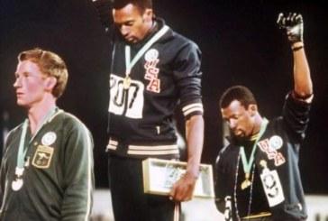 Un poing levé qui scande le Black Power