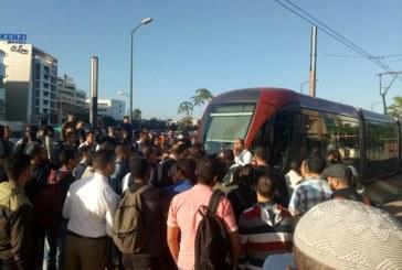 [Vidéo]Retard du Tramway à Zénith : les usagers crient leur colère et bloquent la voie