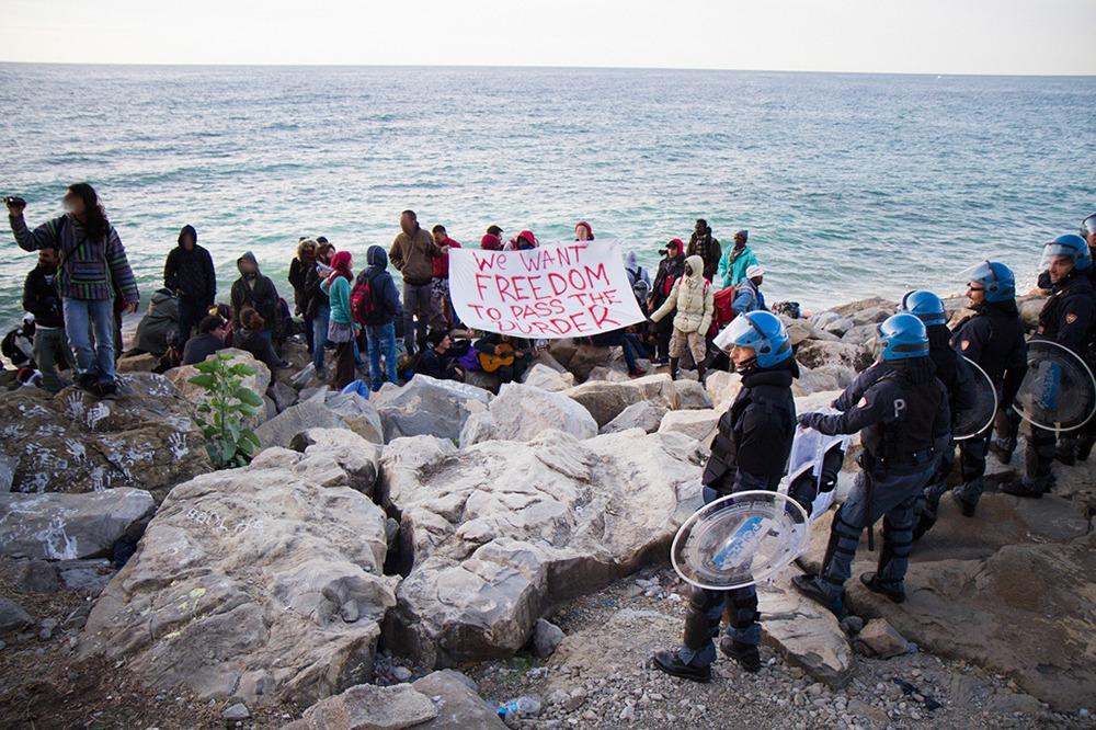 Espagne: 11 policiers blessés dans une tentative d'évasion de migrants algériens