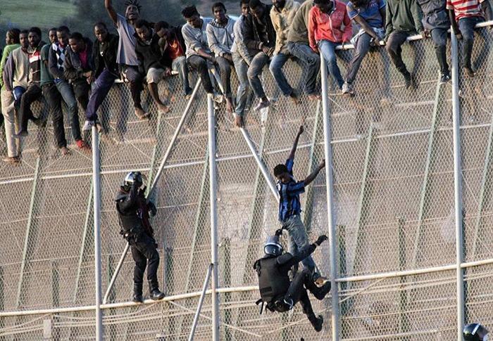 Douze militaires blessés en tentant d'empêcher des migrants de franchir la barrière de Melilla