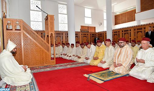 SM le Roi, Amir Al Mouminine, accomplit la prière du Vendredi à la mosquée Al Ridouane à Salé