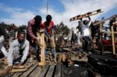 Des migrants africains reconstruisent leur camp à Casablanca après un incendie