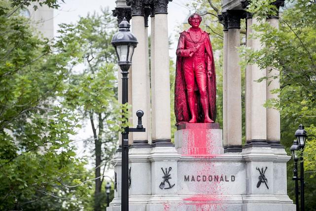"""Des """"Lutins"""" revendiquent l'attaque d'un monument à Montréal"""