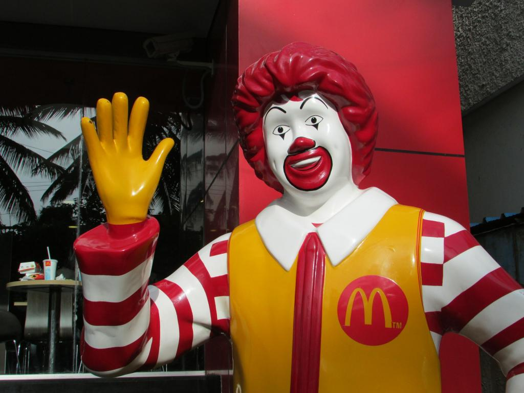 Une sculpture du clown de McDonald's crucifié suscite la controverse