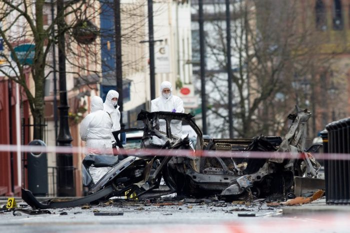 Quatre arrestations après l'explosion d'une voiture piégée en Irlande du Nord