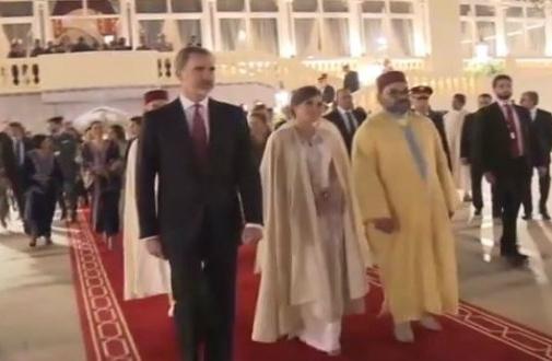 SM le Roi Mohammed VI offre son burnous à la reine Letizia (VIDÉO)