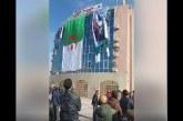 VIDÉO. Une grande affiche de Bouteflika retirée par des manifestants de la façade d'une mairie en Algérie