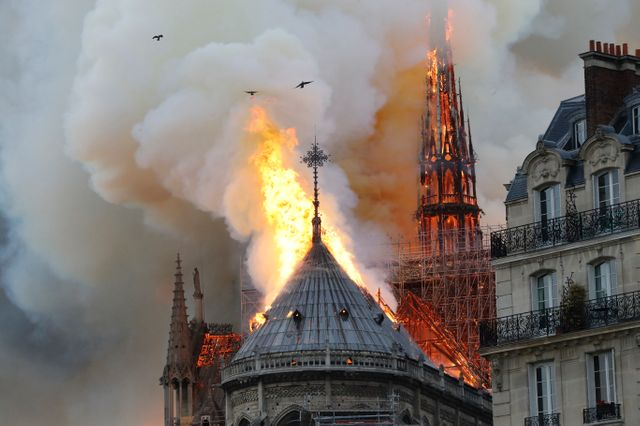 Incendie de Notre-Dame de Paris : le largage d'eau est impossible