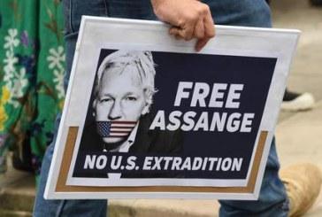 Le père d'Assange demande son rapatriement en Australie