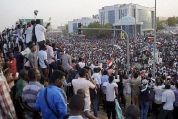 Soudan: des milliers de manifestants devant le QG de l'armée