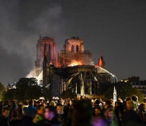 centaines-personnes-rassemblent-travers-France-petit-groupeprier-lampleur-desastre-lincendie-Notre-Dame-Paris_1_730_486