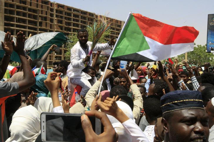jeunes-soudanais-rassemblent-devant-QG-armee-Khartoum-13-avril-2019_0_729_485