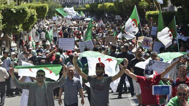 Algérie: trois personnalités pressent l'armée de dialoguer avec la contestation