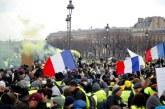 """Quelques milliers de """"gilets jaunes"""" défilent malgré la chaleur"""