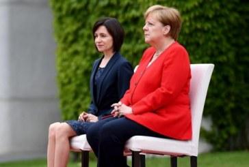 Merkel de nouveau assise à une cérémonie d'hymnes nationaux