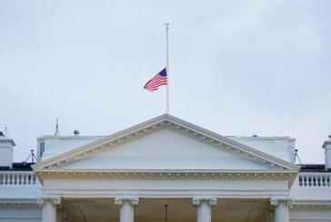 USA: Les drapeaux américains en berne après les tueries de masse