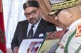 Le Général Louarak présente à SM le Roi un livre inédit sur les FAR