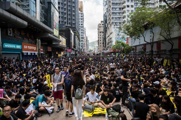 Des milliers de personnes bravent l'interdiction de manifester — Hongkong