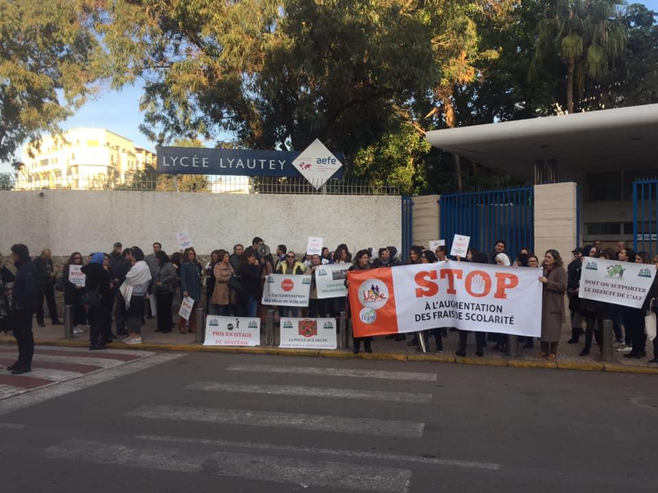 manifestations des parents devant lycée lyautey